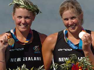 Kiwi rowers Georgina and Caroline Evers-Swindell proudly show their Olympic gold medals - ©FOTOPRESS/Phil Walter